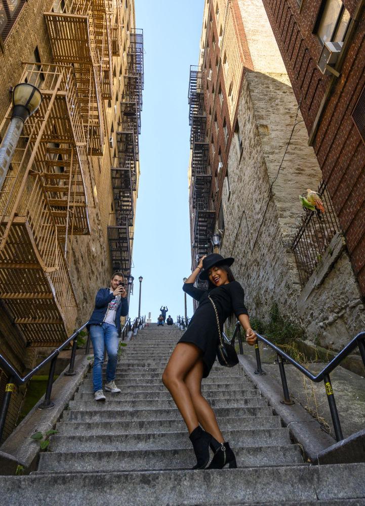 Девушка танцует на ступеньках Джокера