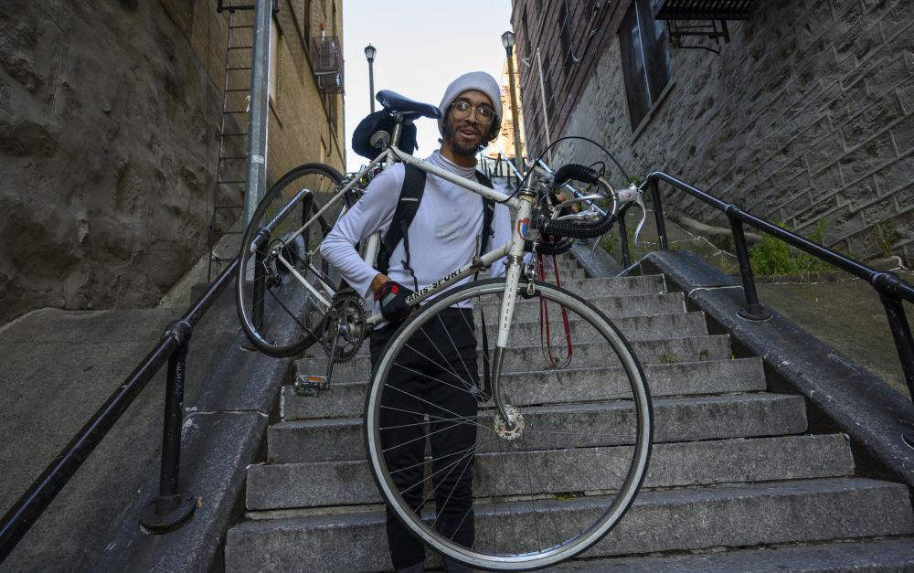 Мужчина с велосипедом проходит по лестнице Джокера