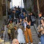 Туристы фотографируются на ступеньках Джокера
