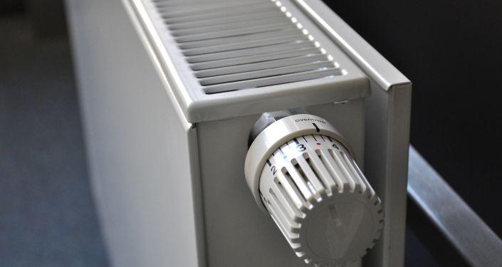 Регулятор температуры на батарее отопления. Архивное фото