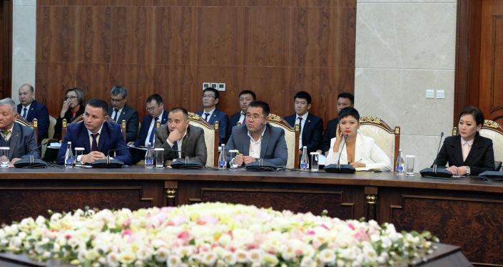 Руководители средств массовой информации Кыргызской Республики и корреспондентами зарубежных СМИ во время встречи с президентом Сооронбаем Жээнбековым