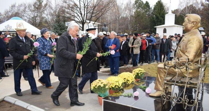 На территории культурно-этнографического комплекса Рух Ордо в Чолпон-Ате состоялось открытие статуи герою Кыргызской Республики, государственному деятелю Турдакуну Усубалиеву