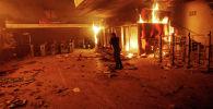 Касса метро горит во время акции протеста против повышения цен на билеты в метро в Сантьяго. Архивное фото