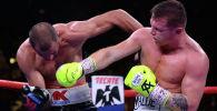 Мексиканский боксер Сауль Альварес наносит удар россиянину Сергею Ковалеву во время боя за титул чемпиона мира по версии WBO, Лас-Вегас, США. 2 ноября 2019 года