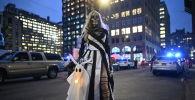 Участница ежегодного парада по случаю праздника Хэллоуин в Нью-Йорке
