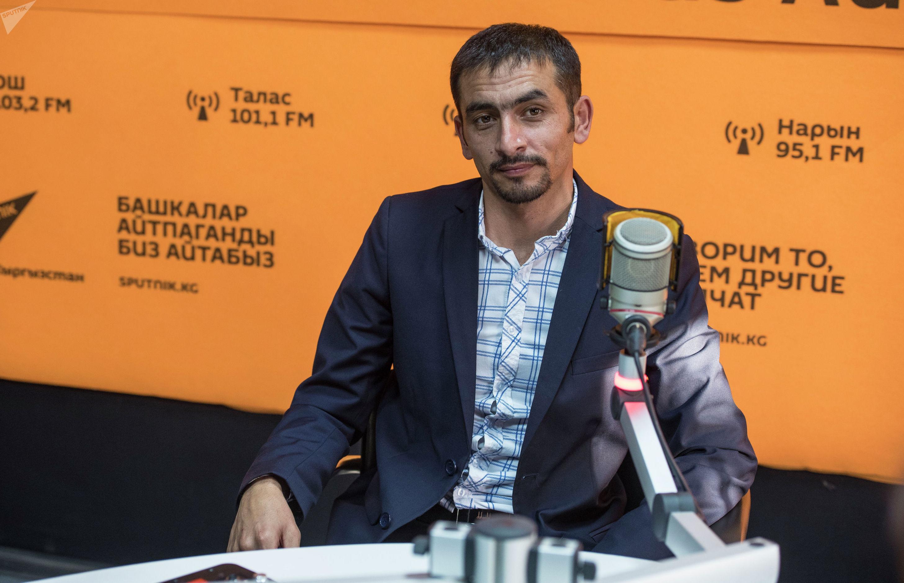 Основатель группы Добрые руки Фазиль Турсунов на радиостудии Sputnik Кыргызстан