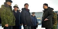 Премьер-министр КР Мухаммедкалый Абылгазиев во время ознакомления с работой пункта пропуска Торугарт, расположенного в Нарынской области