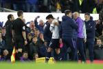 Футболист Тоттенхэм Хотспур Сон Хын Мин утешает менеджера Маурисио Почеттино в рамках Английской премьер-лиги.  3 ноября 2019 года