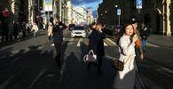Прохожие на улице Ильинке в Москве.