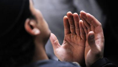 Куран окулуп атканда мусулман киши. Архивдик сүрөт