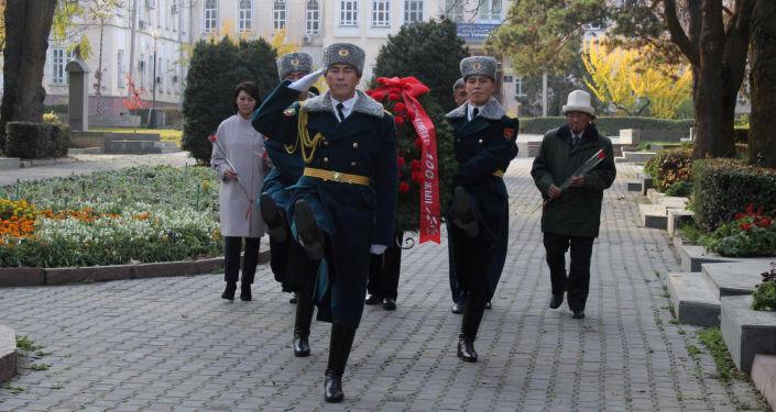 Бишкекте мамлекеттик ишмерлердин аллеясында белгилүү коомдук ишмер Турдакун Усубалиевдин 100 жылдыгына карата митинг-реквием өттү