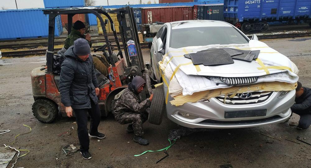 Бишкеке корея автоунааларын алып келүү. Архивдик сүрөт
