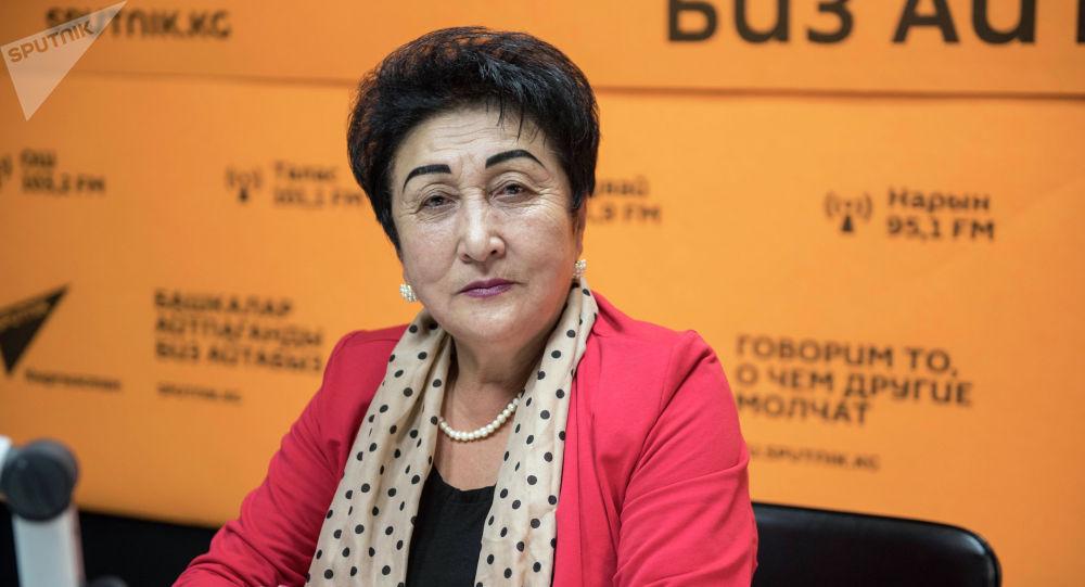 Народная артистка Кыргызской Республики, создатель ансамбля Кыз Бурак Гулшайыр Садыбакасова во время беседы на радио