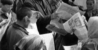 Киргизская ССР. Жители одного из колхозов на Тянь-Шане получили свежий номер газеты Правда. Архивное фото