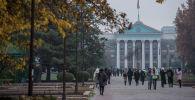 Люди идут по аллее молодежи в Бишкеке. Архивное фото