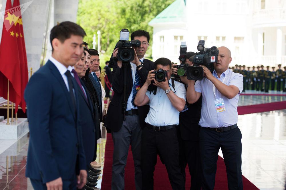 Президенттин чөйрөсүндөгү адамдарды дагы кезиктирбей койбойт