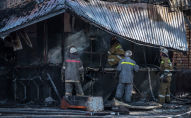 Сотрудники МЧС на месте пожара в фастфуде Антошка