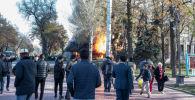 В центре Бишкека на пересечении проспектов Чуй и Эркиндик произошли три взрыва — горит точка фастфуда Антошка.