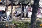 Всего от пожара и взрыва в точке фастфуда в центре Бишкека пострадали 13 человек, одна из них погибла. Тело вынесли сотрудники милиции и МЧС.