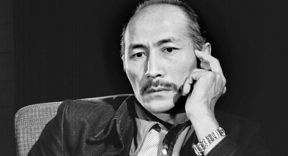 Советский и кыргызский актер кино, художник, народный артист СССР Суйменкул Чокморов. Архивное фото