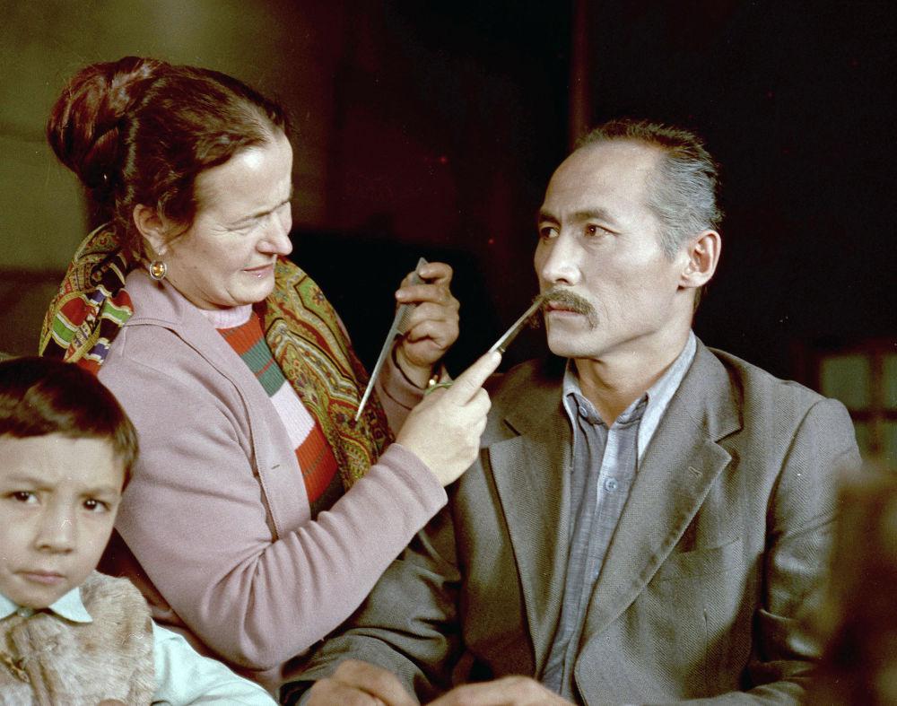 Көздүн кареги кинотасмасына тартылууга даярдык учурунан бир көрүнүш. Режиссёр — Геннадий Базаров, гример — Белякова. 1976-жыл.
