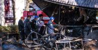 Сотрудники МЧС и пожарной службы на месте пожара в точке быстрого питания Антошка на пересечении проспектов Чуй и Эркиндик