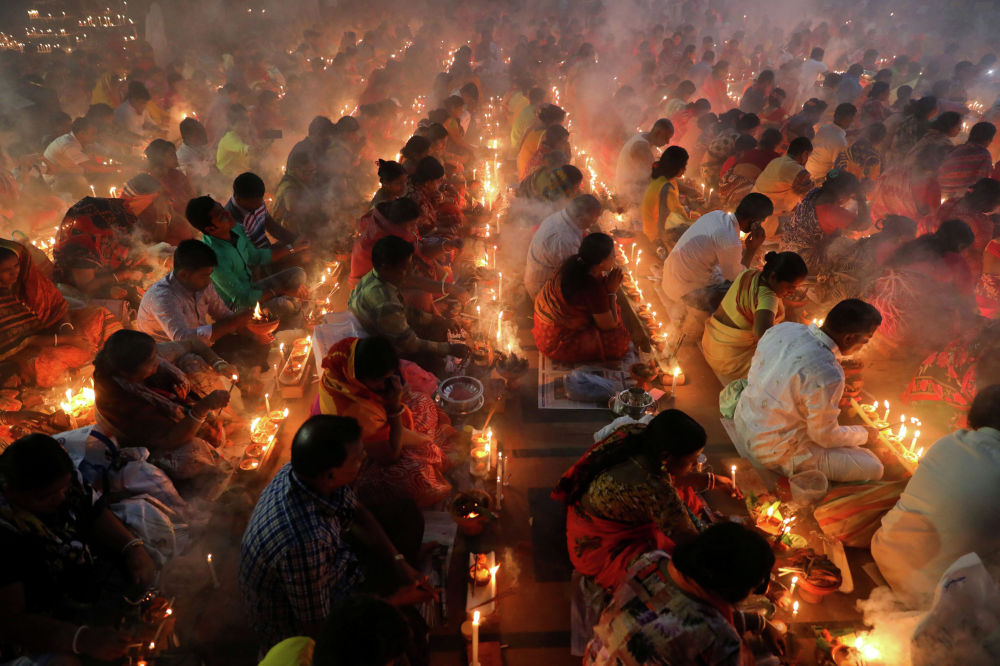 Индуисты во время празднования религиозного фестиваля Rakher Upabash в Дакке, Бангладеш
