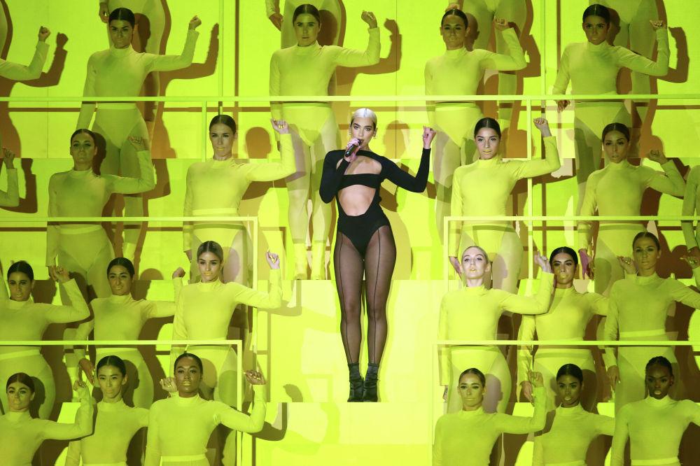 Певица Дуа Липа выступает на церемонии награждения MTV Europe Music Awards.