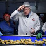 Премьер-министр Великобритании Борис Джонсон в рамках предвыборной кампании посетил фабрику по производству чипсов в графстве Арма, Северная Ирландия