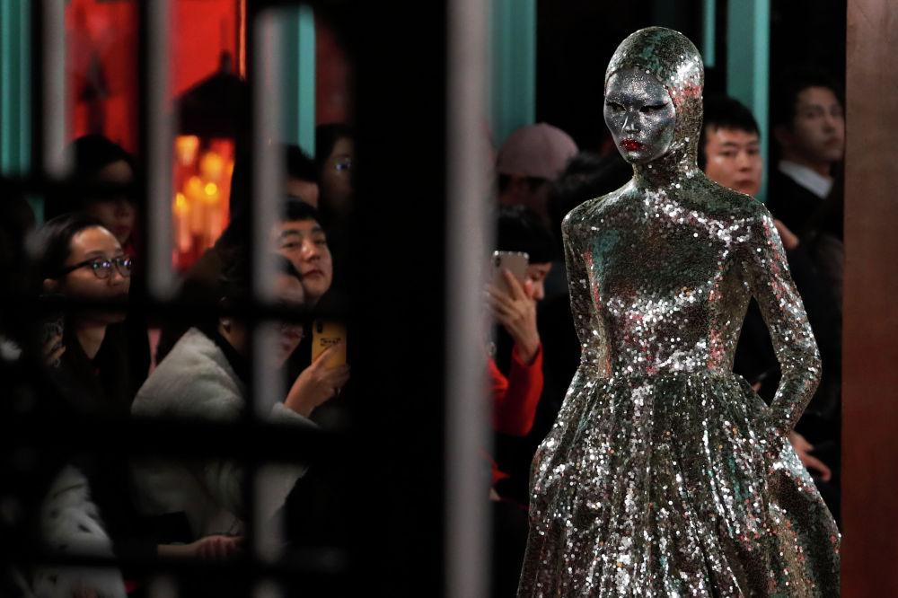 В Пекине прошел показ кутюрной коллекции Valentino модельера Пьерпаоло Пиччоли