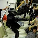 Столкновения протестующих с полицией в торговом центре Гонконга.