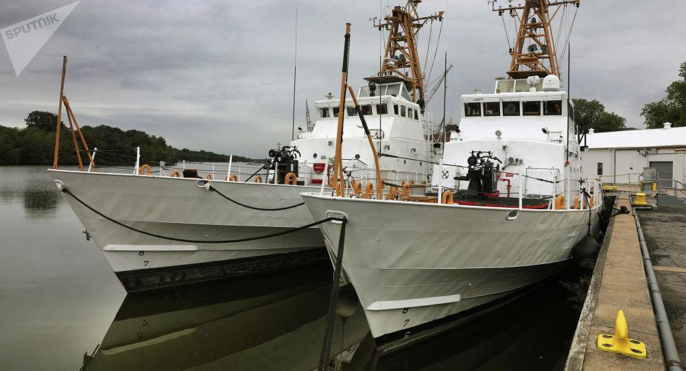 Два патрульных катера береговой охраны класса Island, переданные Военно-морским силам Украины на территории базы береговой охраны США Балтимор.