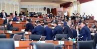 Депутаты Жогорку Кенеша седьмого созыва во время перерыва заседания. Архивное фото