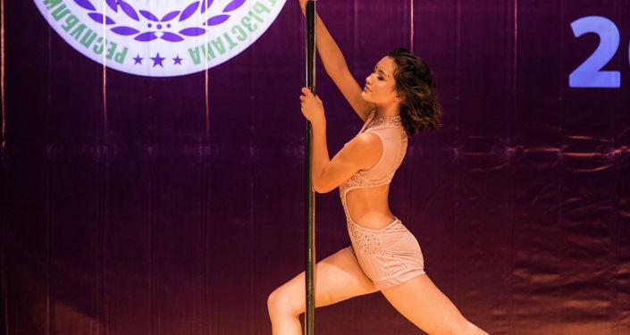 Участница десятого республиканского турнира по танцам на шесте в Бишкеке