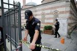 Полиция кызматкерлери офистин жанында туруп жатат. Архив