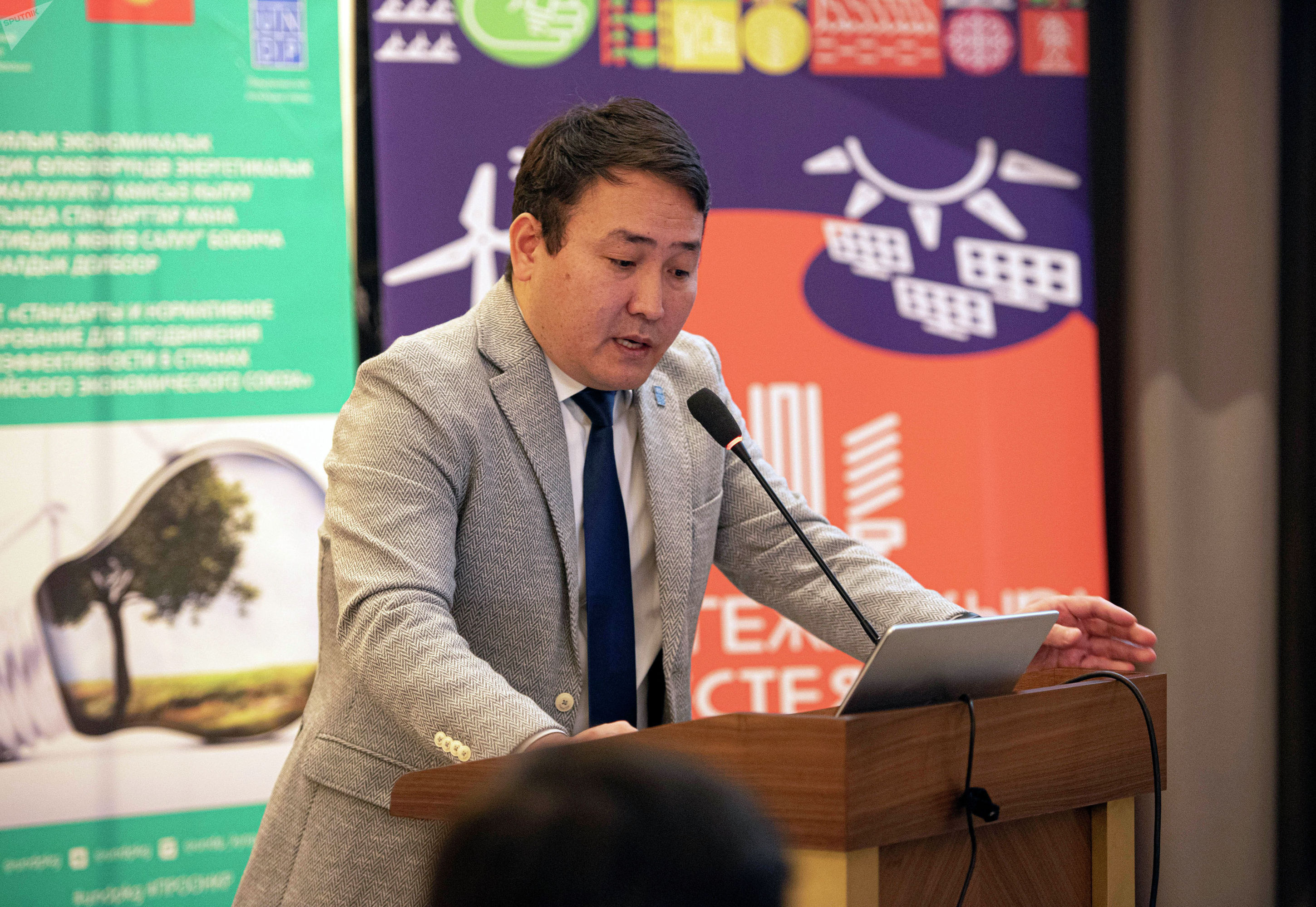 Консультант Программы развития ООН (ПРООН) по вопросам энергетики Кумар Кылычев во время круглого стола Энергоэффективность и энергосбережение как фактор устойчивого и зеленого развития для Кыргызской Республики.