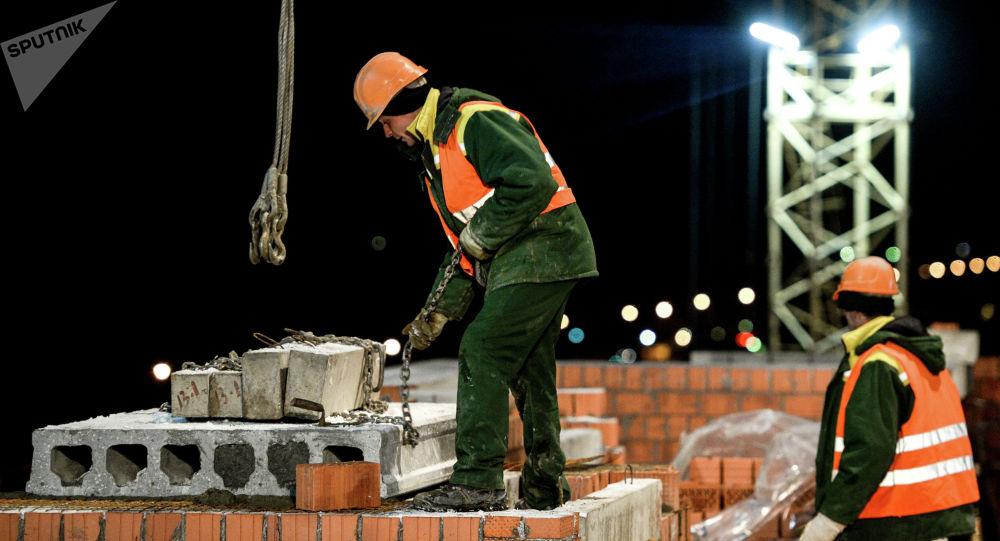 Рабочие на строительстве жилого комплекса Заречный в Великом Новгороде.