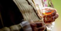 Виски кармаган киши. Архивдик сүрөт