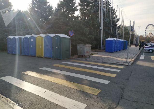 Биотуалеты на Старой площади Бишкека, где будет организована фан-зона на футбольный матч между сборными Кыргызстана и Японии