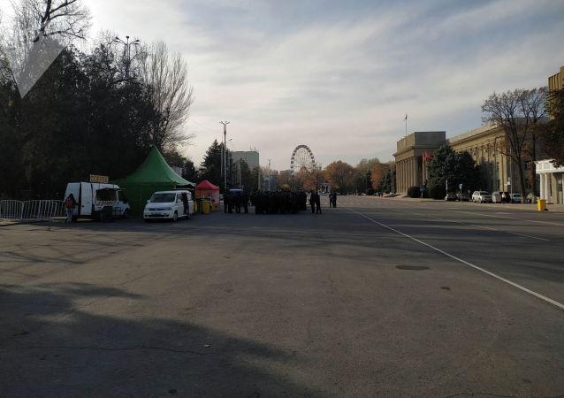 Милиционеры на Старой площади Бишкека, где будет организована фан-зона на футбольный матч между сборными Кыргызстана и Японии