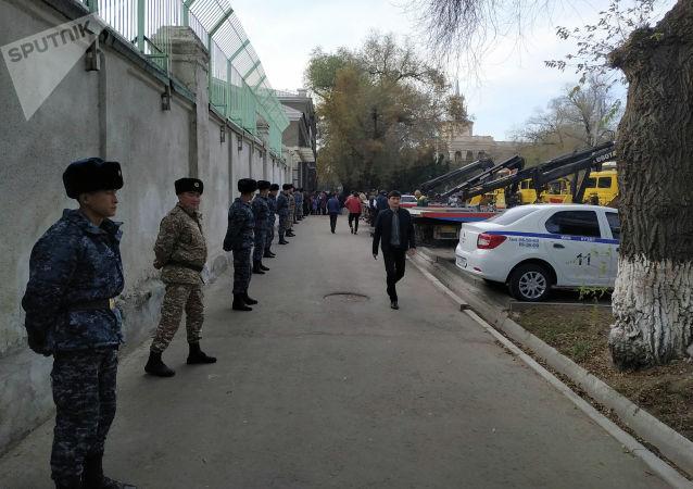 Эвакуаторы около стадиона имени Долона Омурзакова, где пройдет футбольный матч между сборными Кыргызстана и Японии в Бишкеке