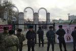 Сотрудники МВД около стадиона имени Долона Омурзакова, где пройдет футбольный матч между сборными Кыргызстана и Японии в Бишкеке