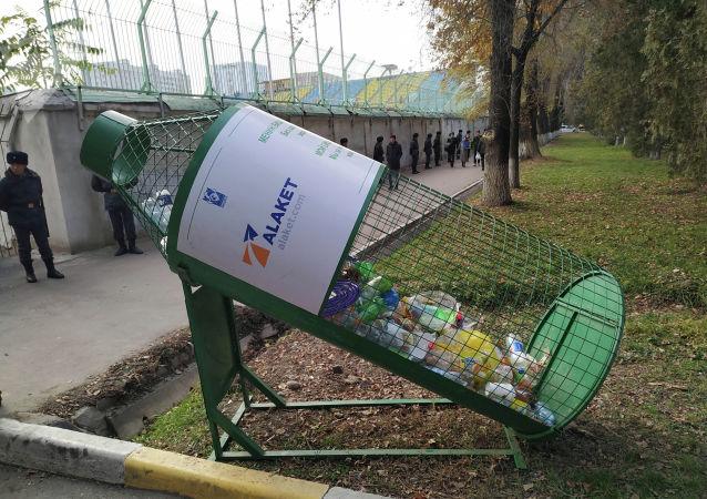 Мусорный бак около стадиона имени Долона Омурзакова, где пройдет футбольный матч между сборными Кыргызстана и Японии в Бишкеке