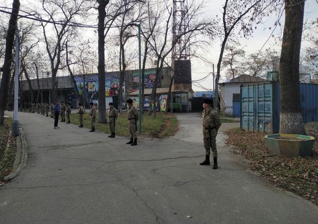 Сотрудники милиции около стадиона имени Долона Омурзакова, где пройдет футбольный матч между сборными Кыргызстана и Японии в Бишкеке
