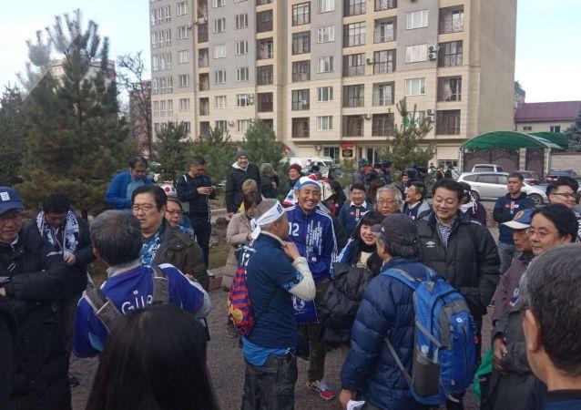 Болельщики сборной Японии около стадиона Омурзакова в Бишкеке, где начнется футбольный матч между сборными Кыргызстана и Японии в Бишкеке