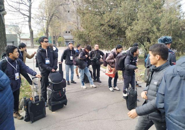 Журналисты из Японии около стадиона Омурзакова в Бишкеке, где начнется футбольный матч между сборными Кыргызстана и Японии в Бишкеке