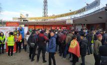 Болельщики у входа в стадион Омурзакова в Бишкеке, где начнется футбольный матч между сборными Кыргызстана и Японии в Бишкеке