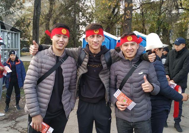 Болельщики сборной Кыргызстана около стадиона Омурзакова в Бишкеке, где начнется футбольный матч между сборными Кыргызстана и Японии в Бишкеке