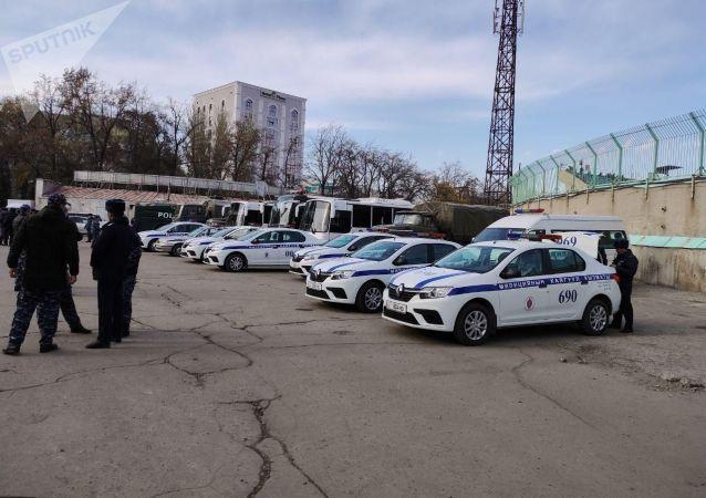 Спецтехника около стадиона Омурзакова в Бишкеке, где начнется футбольный матч между сборными Кыргызстана и Японии в Бишкеке