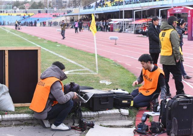 Журналисты и сотрудники СМИ на стадионе Омурзакова в Бишкеке, где начнется футбольный матч между сборными Кыргызстана и Японии в Бишкеке